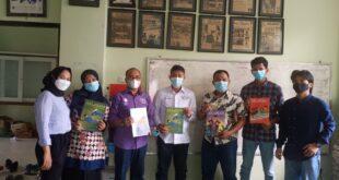 Ketua SPS Riau Khairul Amri (tiga kiri) bersama pengurus dan jajaran Redaksi Majalah Aklamasi UIR saat kunjungan, Rabu (4/8/2021).
